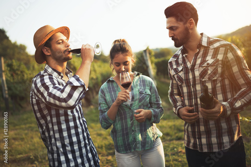 Fotografia Wine tourists tasting wine in vineyard