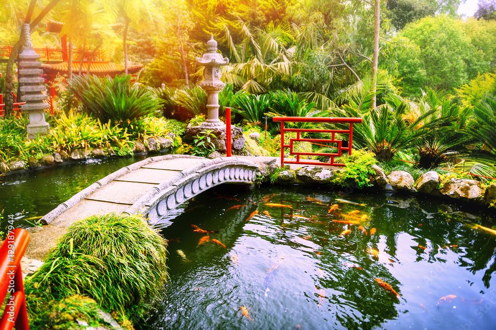 Japoński ogród z pływającymi rybami koi w stawie <span>plik: #129187944   autor: Grecaud Paul</span>