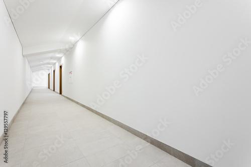 Billede på lærred Long white clean hallway