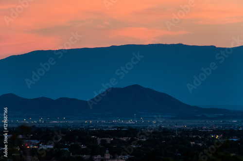 Fototapeta premium Antenowe pejzaż Santa Fe w Nowym Meksyku z góry podczas zachodu słońca różowy i niebieski