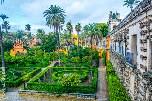 Fototapeta premium widok na ogród prawdziwego pałacu alcazar w hiszpańskim mieście sewilla