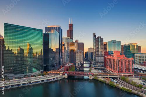 Fototapeta premium Chicago o świcie. Obraz pejzażu miejskiego centrum Chicago o wschodzie słońca.
