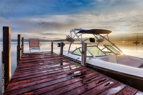Carta da parati Chair at the end of the dock to watch Summer sunrise
