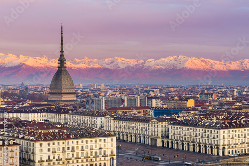 Fotografia Torino (Turin, Italy): cityscape at sunrise with details of the Mole Antonelliana towering over the city