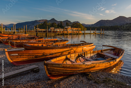 Rowing boats at Derwentwater during sunset Fototapet