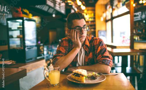 Obraz na płótnie Man has no appetite in the restaurant