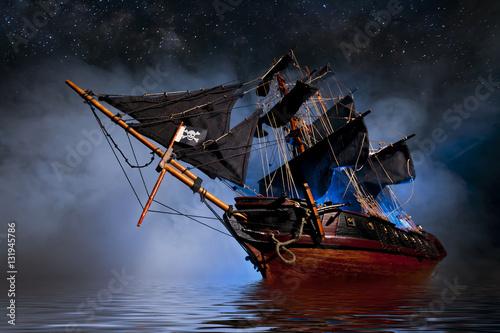 Fototapeta premium Modelowy statek piracki z mgłą i wodą