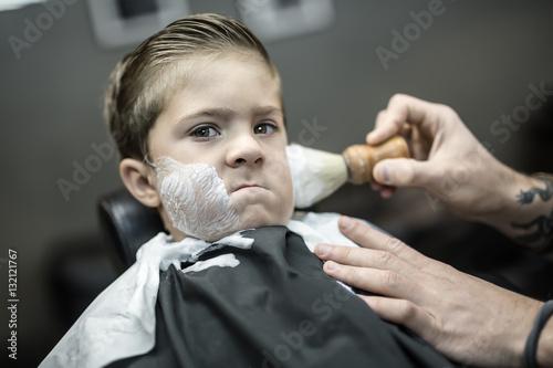Carta da parati Humorous shaving of little boy