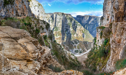 Fotografia The impressive Vikos gorge in the Zagoria region, Western Greece, the deepest in Europe, with some ruins of a monk house