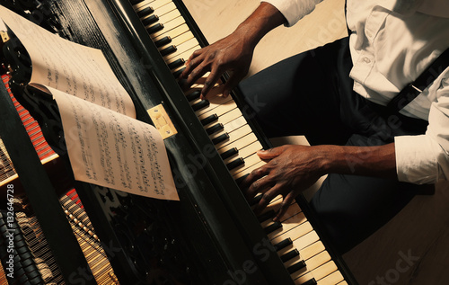 Fotografie, Obraz Afro American man playing piano