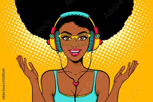 Młoda seksowna amerykanin afrykańskiego pochodzenia murzynka słucha muzyka i rozprzestrzenia ona z otwartym uśmiechem w hełmofonach. Wektor jasne tło w stylu retro komiks pop-artu. Plakat z zaproszeniem na przyjęcie.