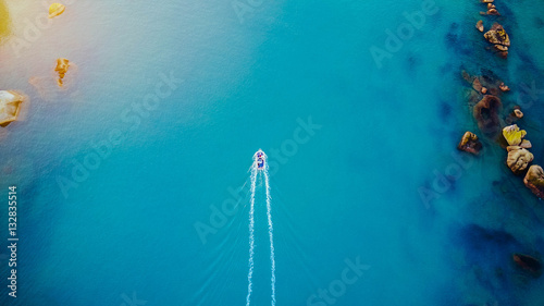 Foto Boot aus der Luft/Schiff fährt neben Felsen