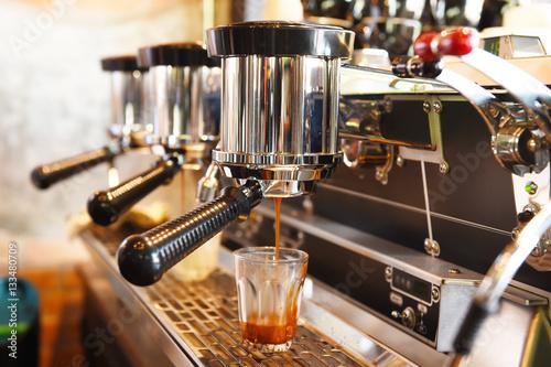 Fotografiet coffee machine preparing cup of coffee.