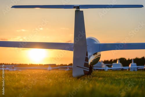 Segelflugzeug am Boden im Sonnenuntergang