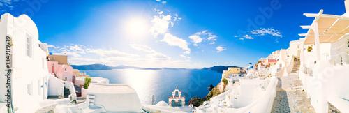Fototapeta premium Panorama Oia wioska z kolorowymi domami, widok Oia miasteczko, Santorini wyspa, Grecja