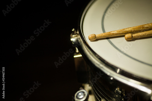 Snare drum and a pair of drum sticks Fototapet