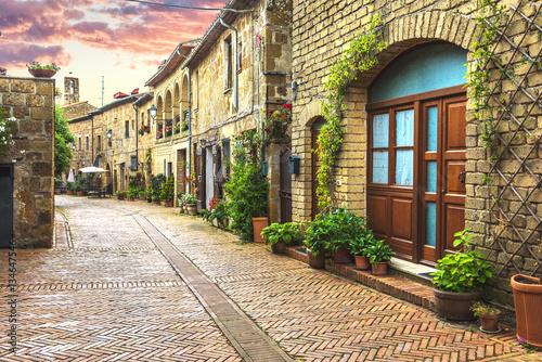 Fototapeta premium Kwiatowe uliczki starego włoskiego miasta w Toskanii.