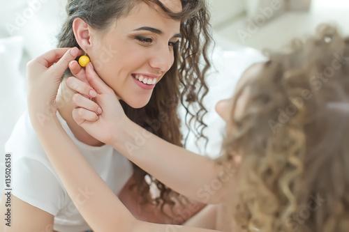 Foto Woman wearing jewelry earrings