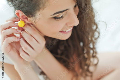 Carta da parati Woman wearing jewelry earrings