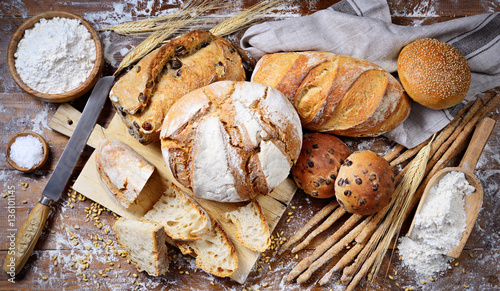 Fotografia Assorted bread on wooden background, top view.
