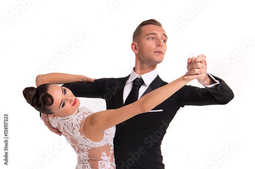 Fotografia ballrom dance couple in a dance pose isolated on white bachground