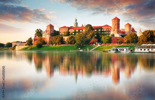 Fototapeta premium Wawel wzgórze z kasztelem w różowym świetle zmierzch, Krakow, Polska