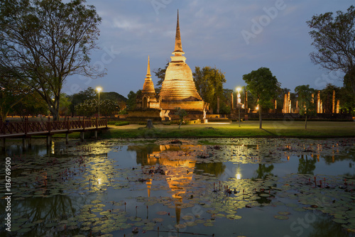 View of ruins of the ancient Buddhist temple of Wat Sa Si in evening twilight Fototapeta