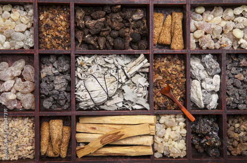 Fotografia Various kinds of incense: myrrh, frankincense, messer, copaiba, elemi camonya, p