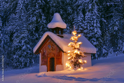 Foto Illuminated Christmas tree in front of a chapel in winter, Bavaria, Upper Bavari