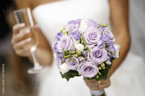 Sposa tiene in mano bouquet da matrimonio Fototapeta