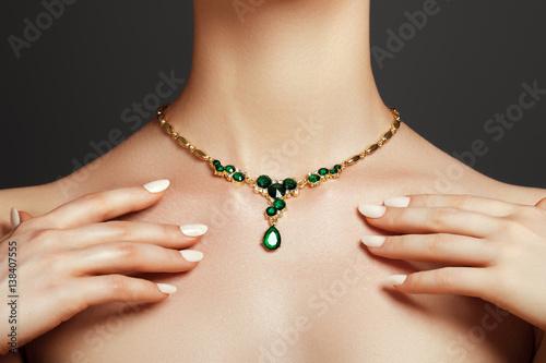 Obraz na plátně Elegant fashionable woman with jewelry