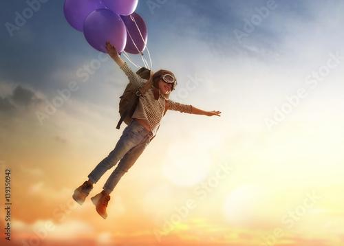 Valokuva Child flying on balloons