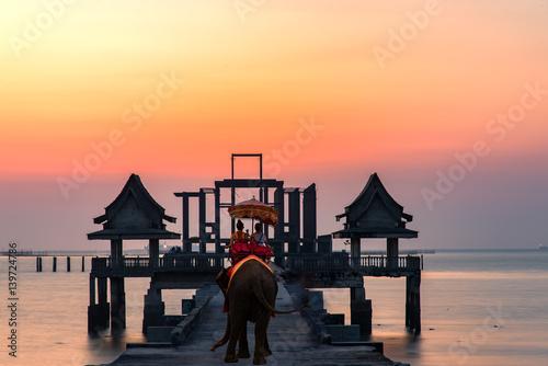 Fotografia Tourist on elephant sightseeing in Phuket, Thailand