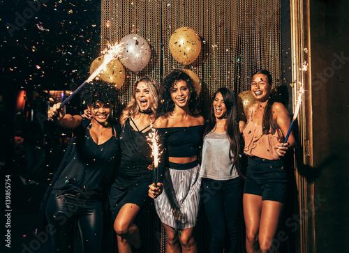 Fotografia Group of friends partying in nightclub