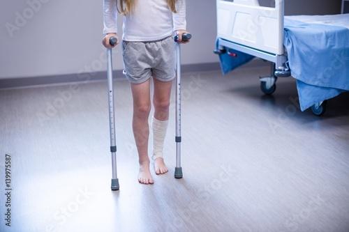 Canvas-taulu Girl walking with crutches in ward