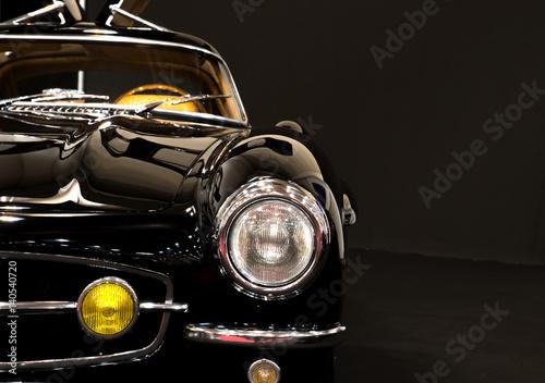 Czarny rocznika samochód z dużą ilością chromu i kopii przestrzeni