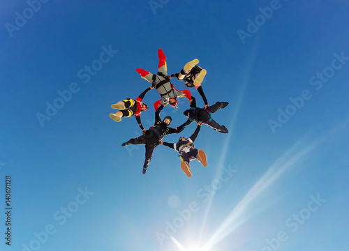 Sky diving group formation low angle view Fototapet