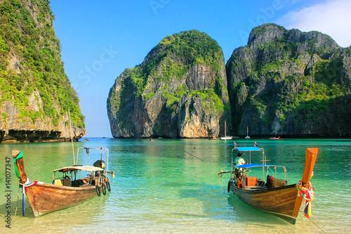 Fototapeta Longtail boats anchored at Maya Bay on Phi Phi Leh Island, Krabi Province, Thail
