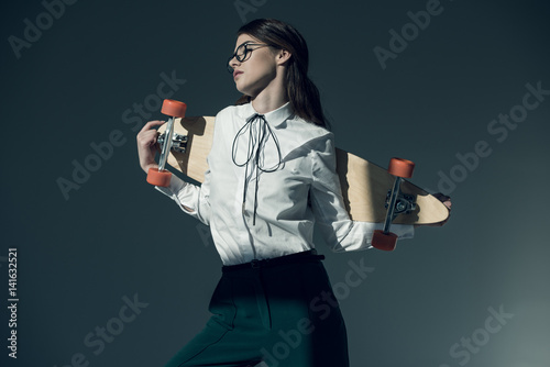 Canvas Print Young woman with skateboard
