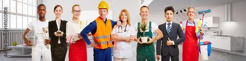 Obraz na plátně Arbeiter und Business Team vor Appartment Loft