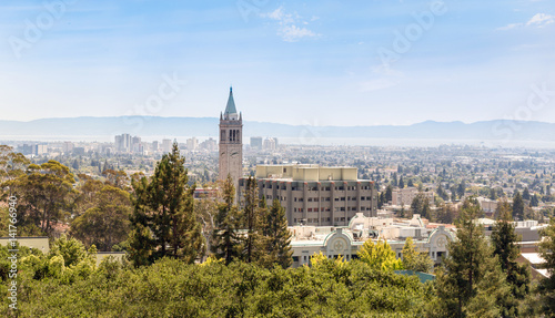 Foto Berkeley University with clock tower and city view.