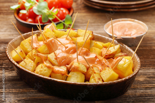 Foto Patatas bravas traditional Spanish potatoes snack tapas