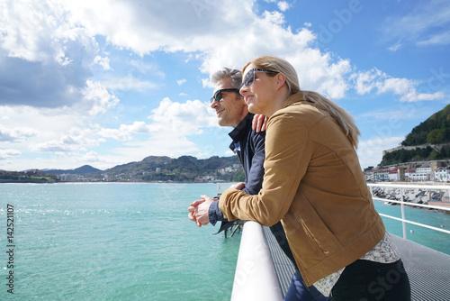 Fototapeta premium Para w średnim wieku obejmująca się nad morzem, San Sebastian