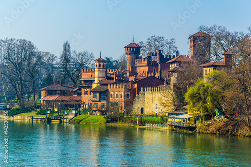 Photo view of borgo medievale castle looking buidling in the italian city torino
