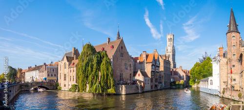 Fototapeta premium Widok z Rozenhoedkaai w Brugii z domem Perez de Malvenda i Belfort of Bruges