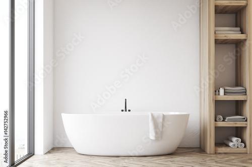 Fotografía Bathroom with closet and white wall