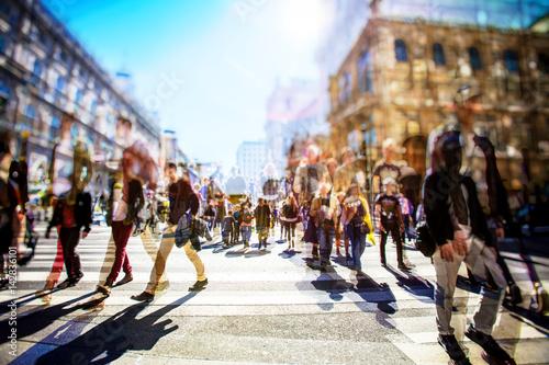 Masse der anonymen Leute, die auf beschäftigte Stadtstraße gehen Fototapete