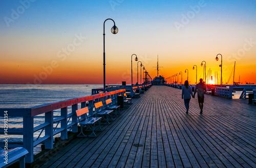 Fototapeta premium Wschód słońca przy drewnianym molo w Sopocie
