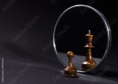 Canvastavla Pawn looking in the mirror and seeing a king.