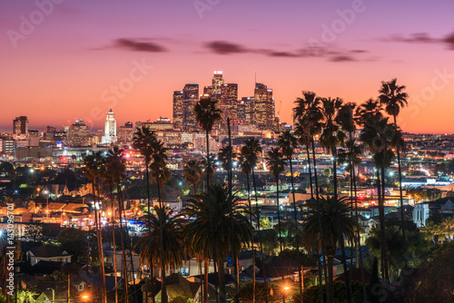 Fotografia, Obraz Beautiful sunset of Los Angeles downtown skyline and palm trees in foreground
